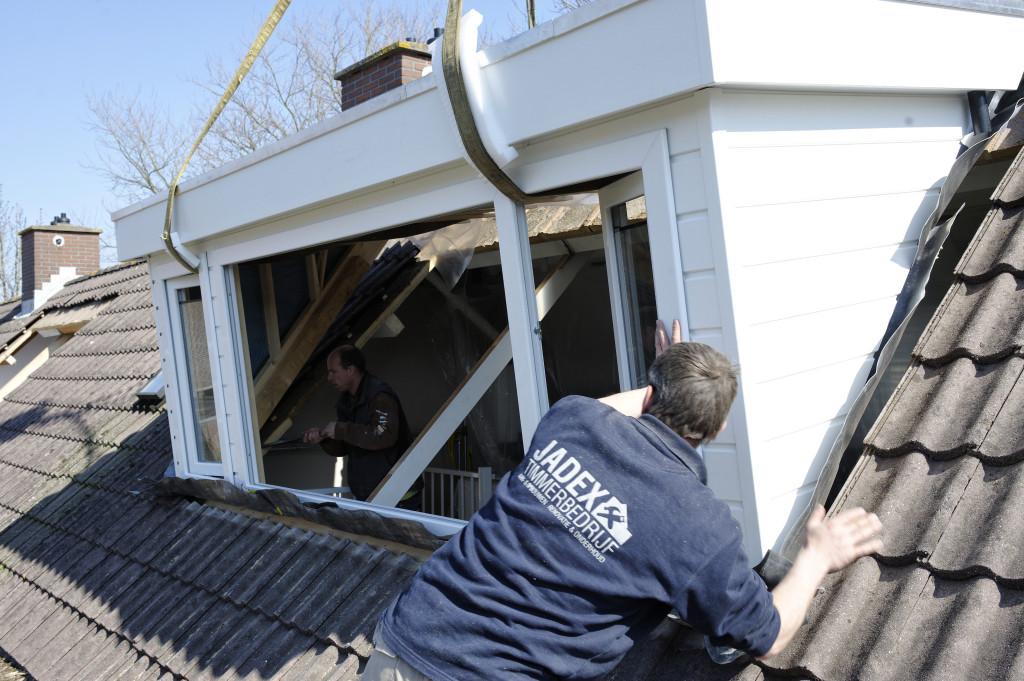 Dakkapel op het dak monteren.